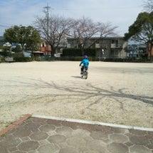 子どもと自転車に乗り…