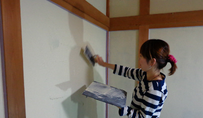 体に優しく 居心地の良いお部屋に。珪藻土・漆喰で塗り壁施工&塗り替え-漆喰塗り体験