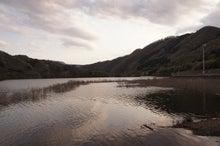 夕方の湖の眺め