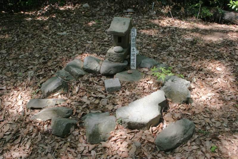 浄福寺城/主郭にある基準点と祠