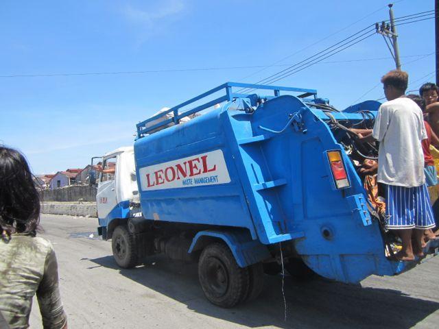 海とごみとチューク生活-garbage truck