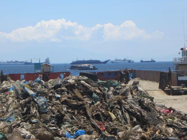 海とごみとチューク生活-bring out garbage to dumpsite by ship