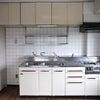 キッチンの壁、タイル派?それともパネル派?の画像