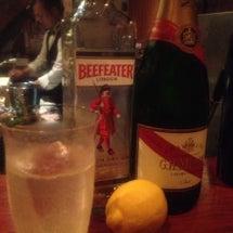 新人はバーにいる。
