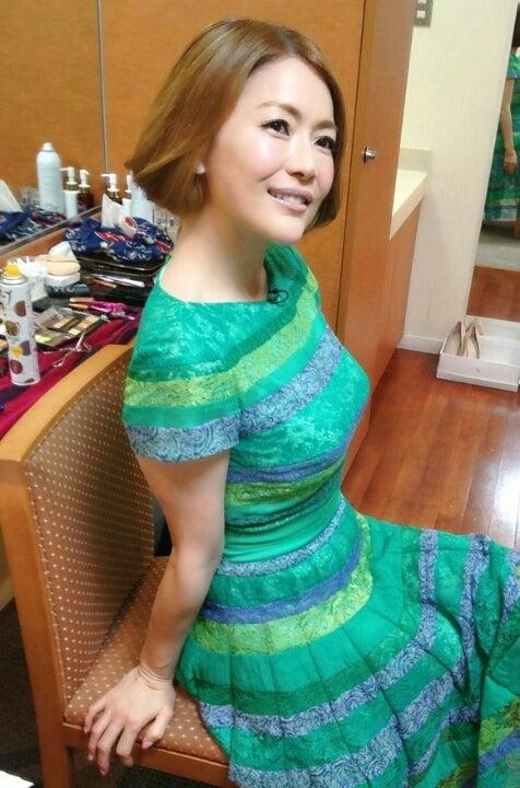 青田典子の緑ドレス