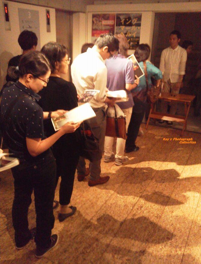 石塚恵子のおしゃべりモーニングのブログ-ユーロ最終日長蛇の列b.jpg