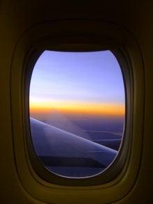 $バイオリンと女の子のツアー紀行-飛行機の窓