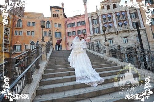 長い階段を登るという行為は、ゴンドラのこのタイミングしかありません。トレーンが長いドレスなら、それを生かすため是非お願いしましょう。