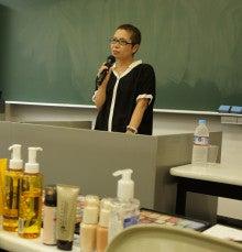 $+  +神戸の大学でファッションを学ぼう+  +-半田先生アップ