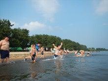 浄土宗災害復興福島事務所のブログ-20130730ふくスマ湖水浴入水02