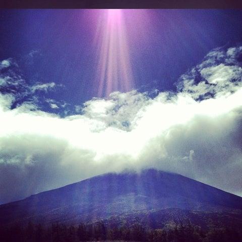 富士山頂に降り注ぐひかりの記事より