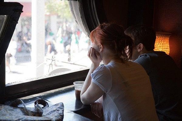 カフェの窓際のカップル