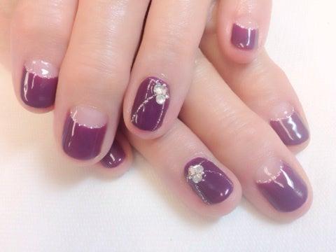 深めの紫でとてもいいお色です。 色に主張があるので、デザインはシンプルに。薬指のみスワローを重ねてみました。