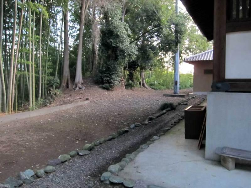 小島氏館/本堂北側の土塁