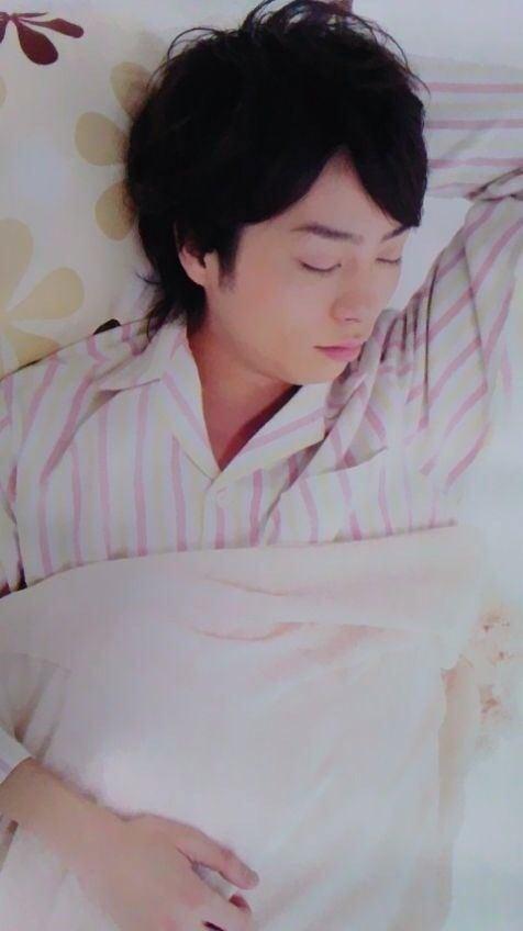 格好よく寝てる嵐の櫻井くんの画像