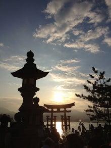 シネマと書店とライブハウス ~ 映画と本と音楽と ~-厳島神社の鳥居と夕陽