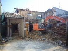京都府向日市しいもと工務店のブログ-大型重機で解体していきます。