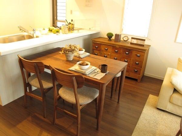 家具なび-ウォールナット材で統一したリビングダイニング空間