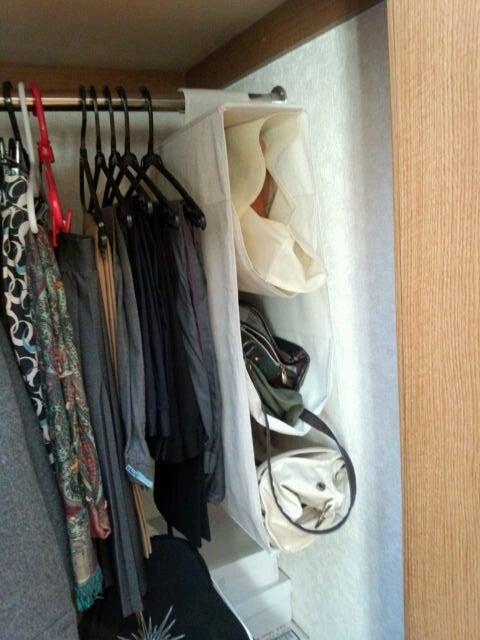 収納する前に、バッグを一つ断捨離しました。 理由は…使われていた合皮が劣化して、服に汚れが付くようになったため。
