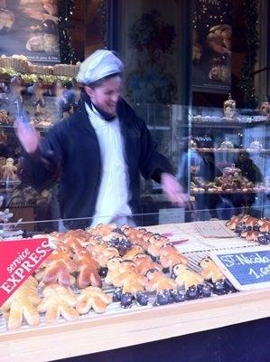 パリの向こう-ST NICOLAS用パンを売る