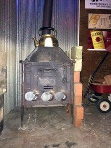 $「さやまのお店めぐり」-カウンターの奥に設置されている薪ストーブ