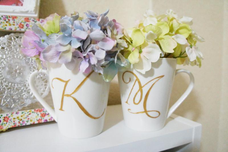 100均で買ってきたマグカップに陶器にも書けるインクで 2人のイニシャル書いて 2色のあじさいの造花を飾ったぁ