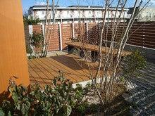 ウッドデッキと木製フェンス-1