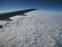 尾翼と厚いポコポコ雲