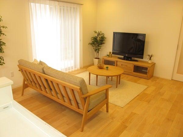 ナラ・タモ材の家具を中心にコーディネート