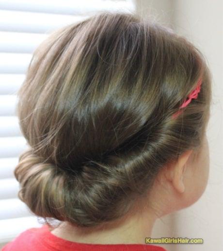 今回は「ギブソンタック」または「ギブソンロール」と呼ばれている まとめ髪を、 ヘアバンドを使って、簡単に作る方法を紹介します。 今回は、小さい子供にしました