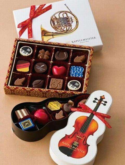 HPより中身はアソートと言った感じですがバイオリンが型どられたケースも可愛い ラブラブ