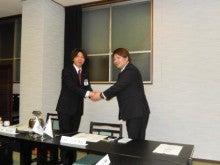 新旧理事長の握手