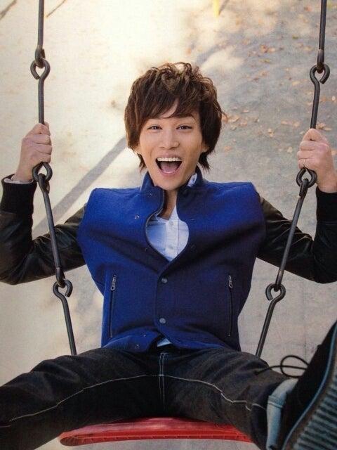 ブランコで笑顔の千賀健永