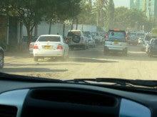 タンザニアの舗装されていない道路での渋滞