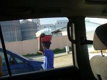 タンザニア頭の上に物を載せて歩く1