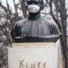 ▼唸声中国写真/北京大学の銅像にもマスク、そのうちガスマスクにの画像