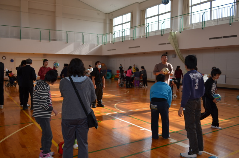 杉の子特別支援学校でサッカー教...