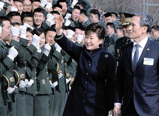 こりあうぉっちんぐ朴大統領、5860人の将校任官式に出席