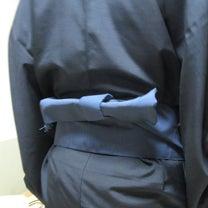 男性の袴下の帯結びの記事に添付されている画像