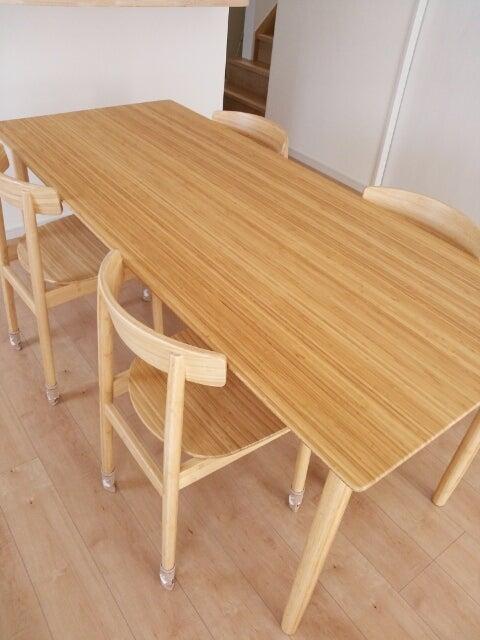洋のダイニングに竹という和の要素が強いテーブルは合わないと工務店のインテリアコーディネーターの方に言われ色々探したけれど
