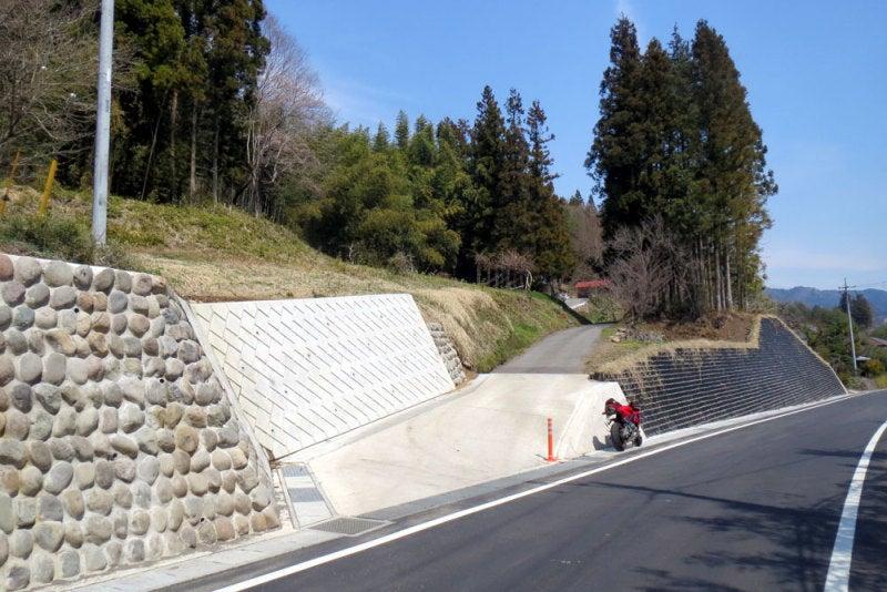 横尾八幡城01/県道からの入口