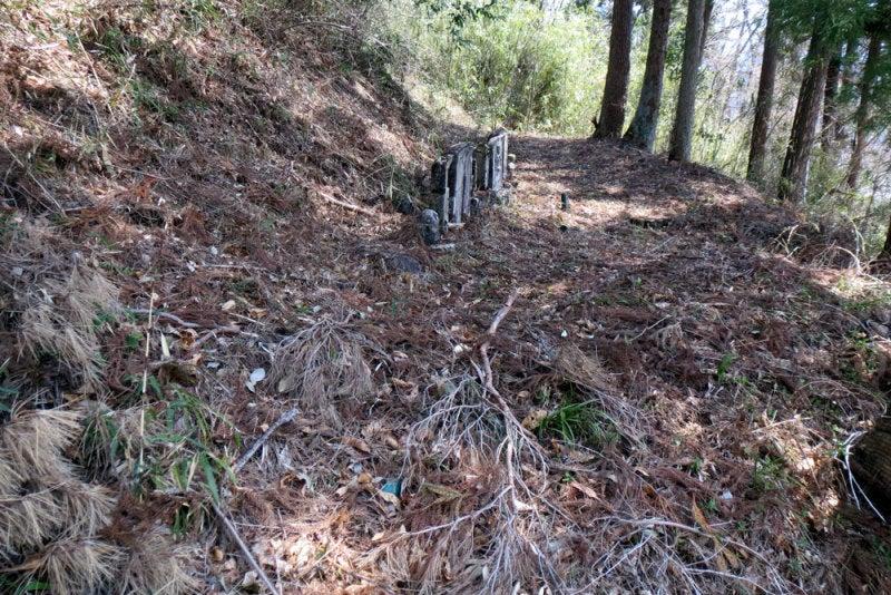 横尾八幡城03/途中には墓地が数箇所