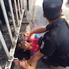 ▼唸声中国写真/桂林バス停で切りつけ女に警官発砲!の画像