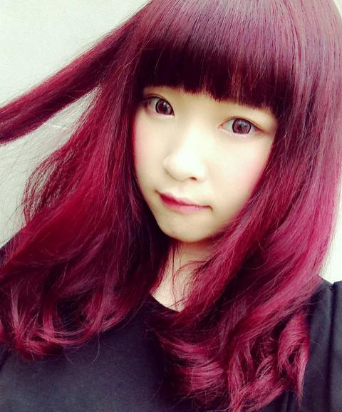 強めなイメージの赤髪もメイク✕ファッションによってはおしゃれな赤髪になりますよ~♪(´ε` )