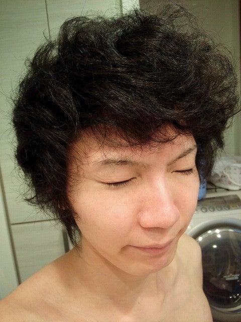 天然パーマ、縮毛男子がかっこいい前髪上げの髪型にする方法スタイリング術!
