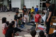 20140524田植えツアー29かかし作り服選びする子供