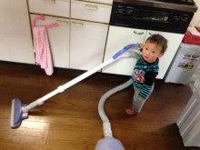 掃除機で掃除する男の子