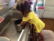 お米を研ぐ女の子