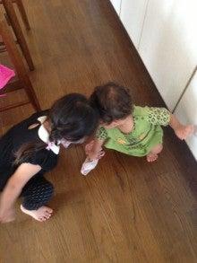 床を拭く姉弟