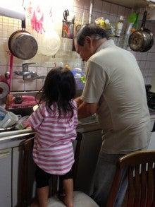 おじいちゃんと一緒にお皿を洗う女の子